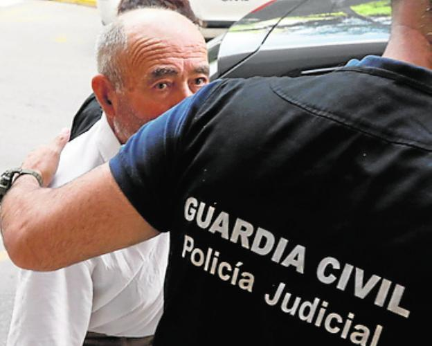'El Ermitaño', en julio, custodiado por un guardia civil.
