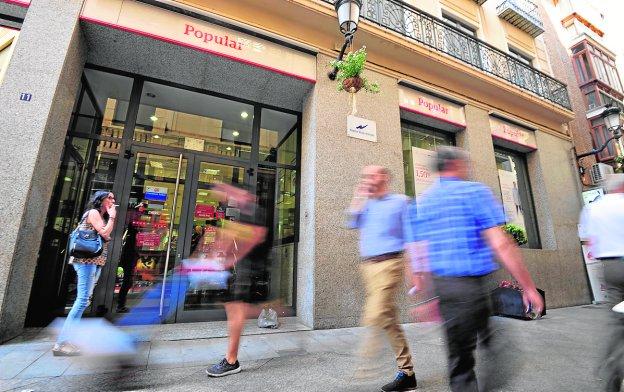 Empleados del popular temen despidos y cierre de oficinas for Oficinas banco santander murcia