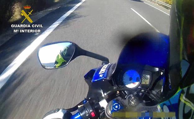 Captura de uno de los videos encontrados en la cámara, con el cuentakilómetros a más de 280 km/h.