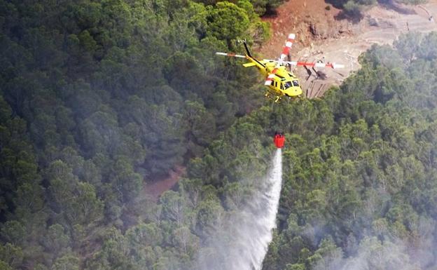 Un helicoptero trabajando en el paraje de El Chorrillo.