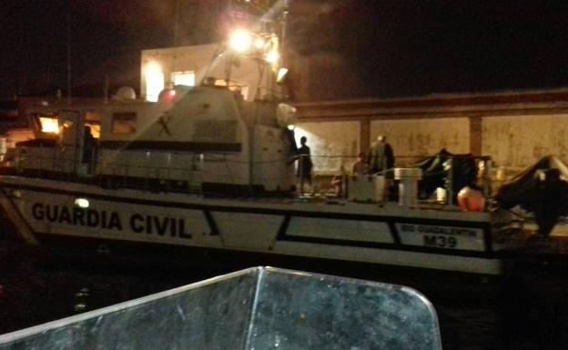Los inmigrantes a bordo de la patrullera de la Guardia Civil.