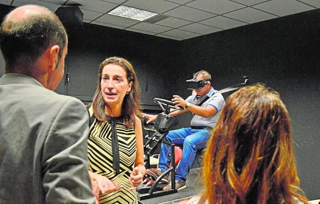 Nuria Fuentes, junto a un simulador de realidad virtual, en el Parque Tecnológico de Fuente Álamo.