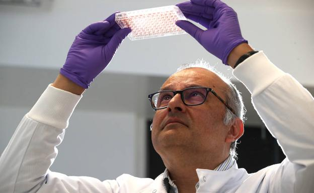 El profesor Ketan Patel, en el laboratorio de Cambridge. /Chris Radburn (Reuters)