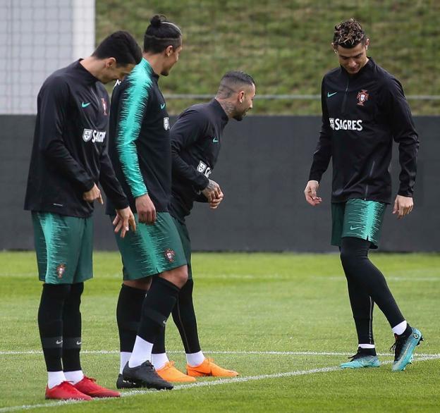 068144079ac35 Cristiano Ronaldo luce sus botas ante los compañeros de la selección de  Portugal.
