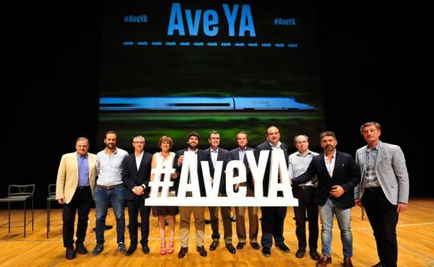 Cargos públicos del PP y representantes de distintas organizaciones regionales asistieron al acto para reivindicar el AVE ya./j. c. caval / agm
