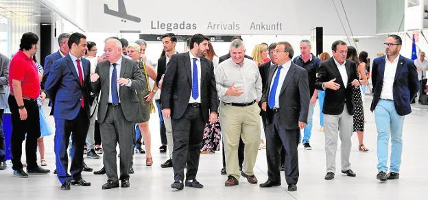 López Miras (c.) paseando ayer por la terminal de Corvera junto al consejero Valverde, Albarracín y López, entre otros. / vicente vicéns / agm