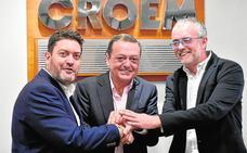 Miguel Sánchez (Ciudadanos), José María Albarracín (Croem) y Domingo Segado (PP), ayer, en la presentación del acuerdo para sacar adelante la normativa. Javier Carrión / AGM/