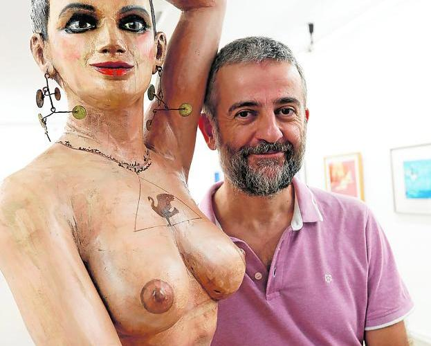 PepeYagües con la escultura de dos metros de madera, Ramnusia. / EDU BOTELLA / AGM