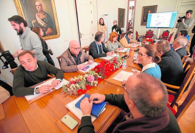 Reunión de los grupos municipales con los técnicos, ayer en el Palacio Consistorial. / antonio gil / agm