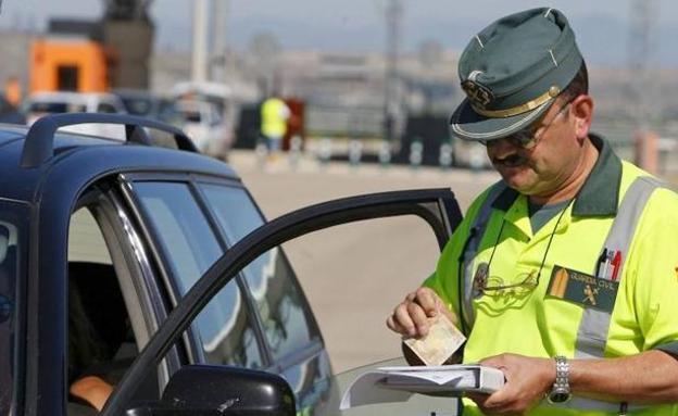 La Guardia Civil avisa: pueden multarte por por pitar con el coche cuando no debes