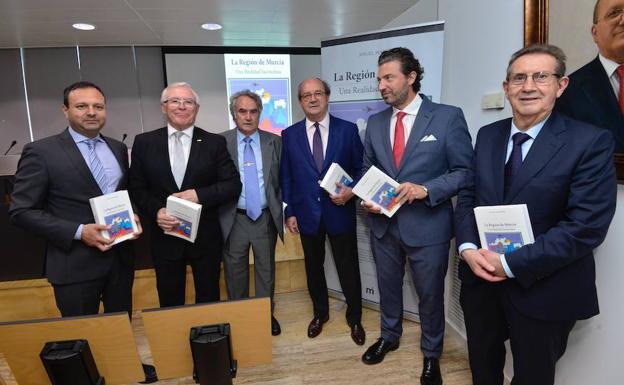 Presentación del libro 'La Región de Murcia, una realidad inconclusa', de Ángel Martínez./Vicente Vicéns / AGM