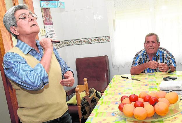 3ca4f2d17c9e Isabel reproduce cómo le amenazó con el cuchillo un ladrón en su casa de  Lobosillo.