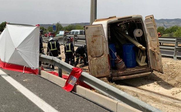 Los bomberos tratan de rescatar a las víctimas de un accidente de tráfico en Mula.