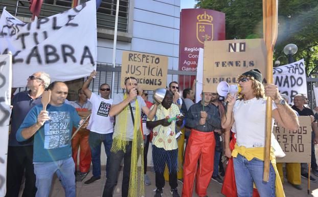 Imagen de la protesta a las puertas de la Consejería de Agricultura./Vicente Vicéns / AGM