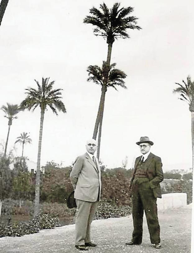 Juan Guerrero y José Ballester, a finales de los 40 o principios de los 50, en El Malecón. / ARCHIVO DE JOSÉ BALLESTER