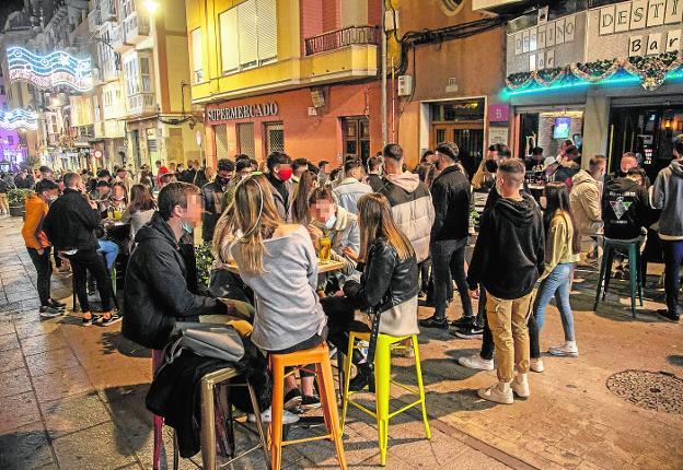 Aglomeración de clientes de los bares de la calle Cañón, el sábado por la noche. / J. M. RODRÍGUEZ / AGM