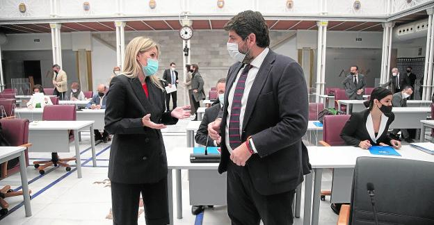 Ana Martínez Vidal talks with Fernando López Miras in the Regional Assembly, in plenary session on December 16.