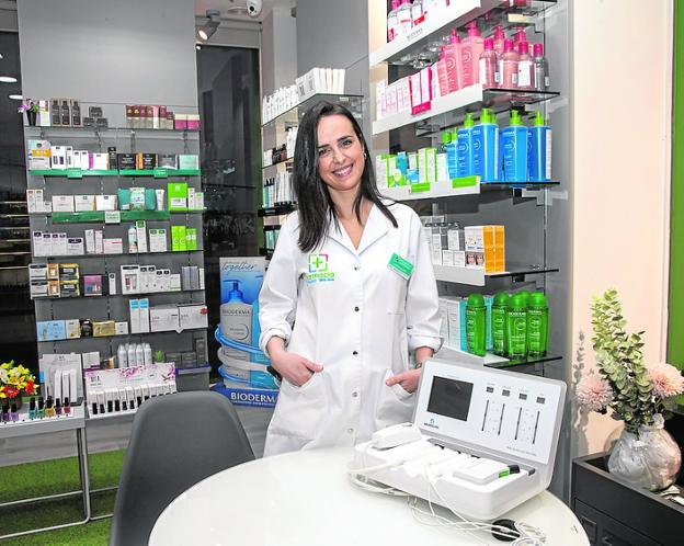 Carmen Díaz-Toledo, en su farmacia de San José Obrero. / J. M. RODRÍGUEZ / AGM
