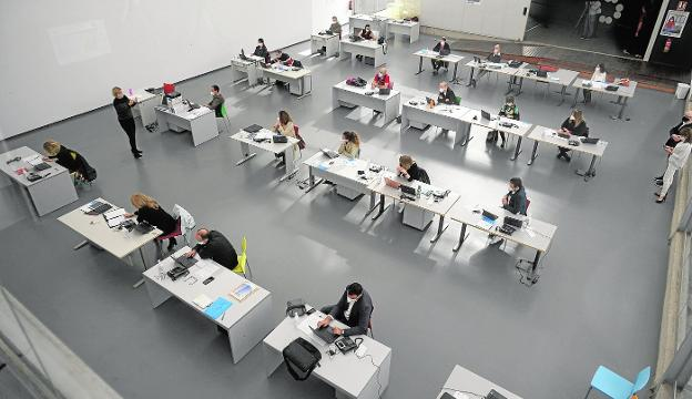 Teachers in the 'call center' enabled in La Conservera, in Ceutí.