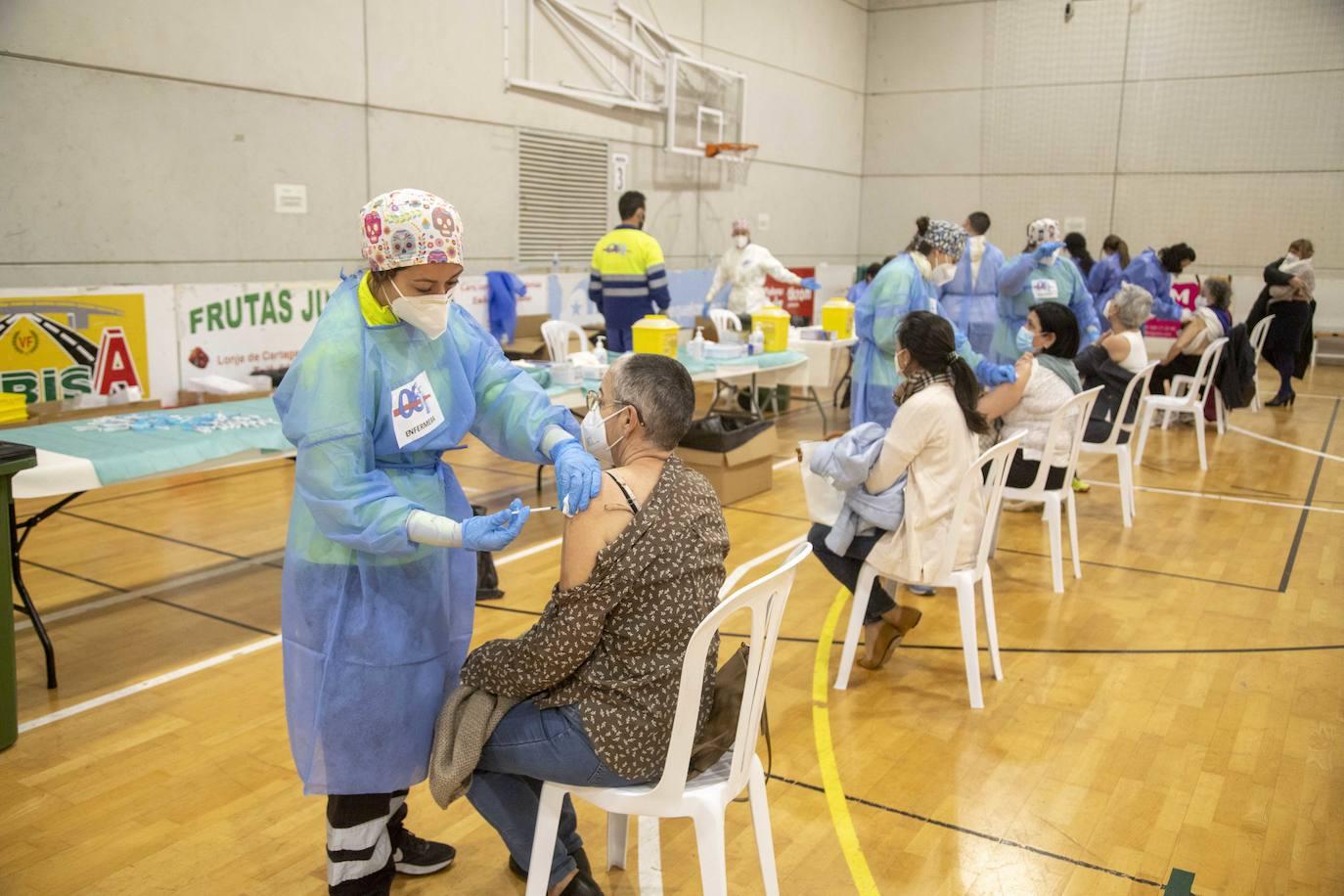 Fotos: Una vacunación masiva y deseada en Cabezo Beaza | La Verdad