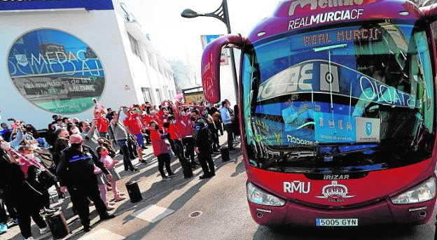 The Murcia bus, arriving at the BeSoccer La Condomina on March 14.