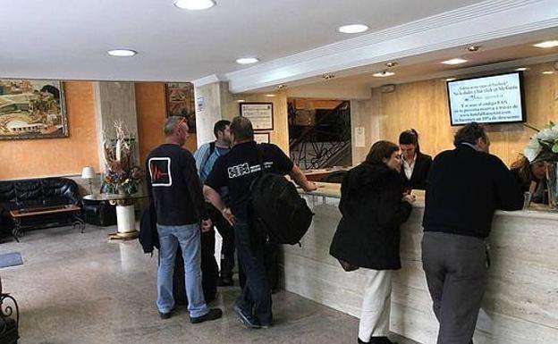 Turistas registrándose en un hotel de la Región, en una imagen de archivo. /