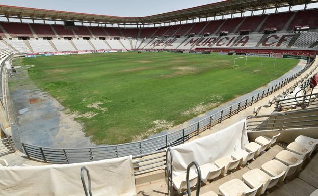 Estado que presentaba el terreno de juego del estadio Enrique Roca de Murcia el pasado lunes.