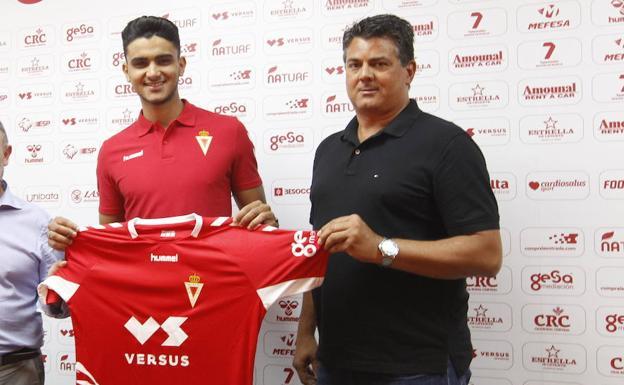 Youness y Julio Algar, en la presentación del futbolista con el Real Murcia.