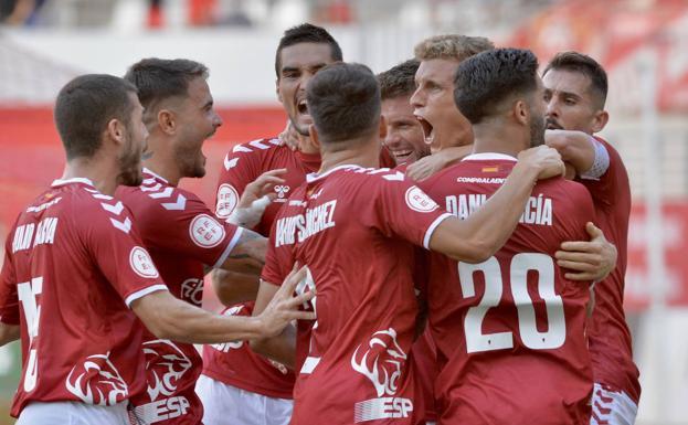 Varios jugadores del Real Murcia celebran uno de los goles.