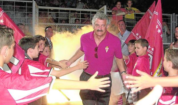 David Vidal saltando al césped de La Condomina en junio de 2003 tras conseguir el Campeonato de Liga de Segunda ese año.