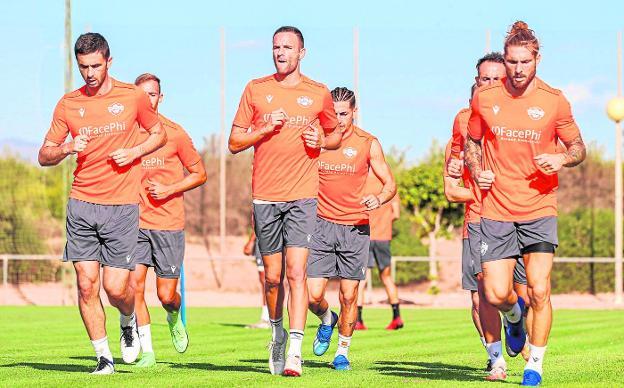 Algunos de los futbolistas del Intercity, próximo rival del Real Murcia, durante un entrenamiento.