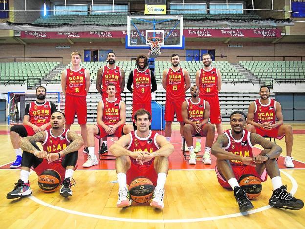 Plantilla del UCAM CB, en el Palacio de Deportes de Murcia, el lunes.