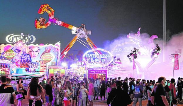 Atracciones del recinto del Huerto de la Rueda tras la inauguración de la feria, anoche. / JAIME INSA / AGM