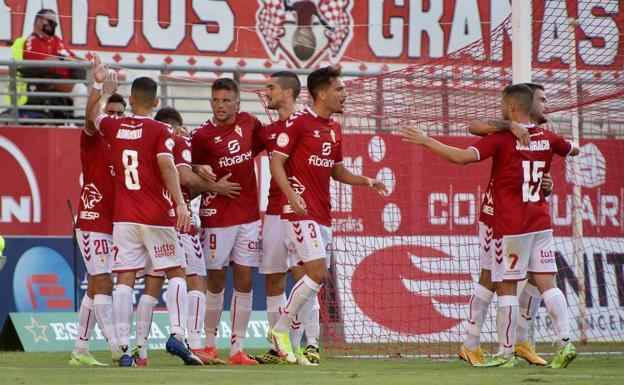 Los jugadores del Real Murcia celebran el gol de Carrasco, el del 1-0 para los granas./nacho garcía / agm
