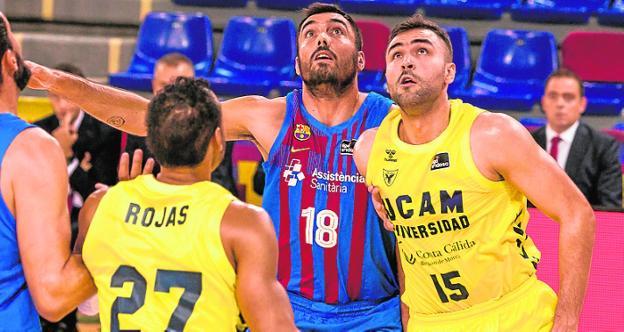 Rojas y Cate pugnan con Oriola en el Barça-UCAM del domingo.