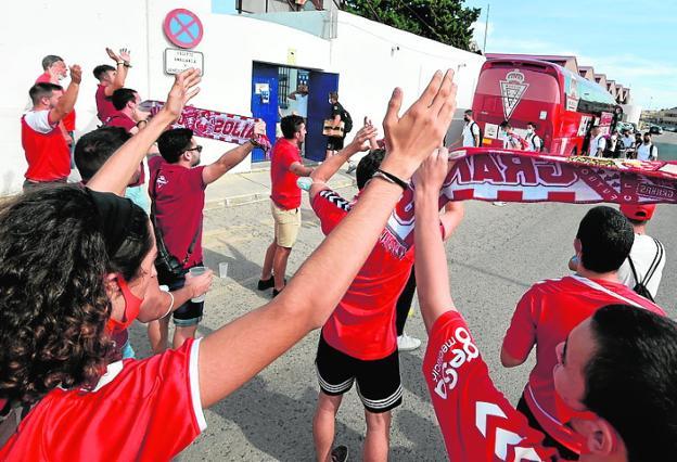 Recibimiento de su afición al Murcia en el Pitín. / JAVIER CARRIÓN / AGM