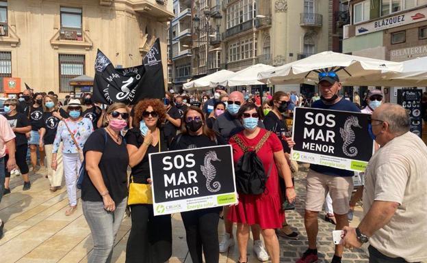 Manifestantes en defensa del Mar Menor, este sábado, en Cartagena./E. Ribelles