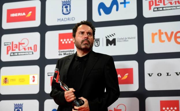 Aitor Gabilondo, posa con el premio a la Mejor Creador por 'Patria'./EFE