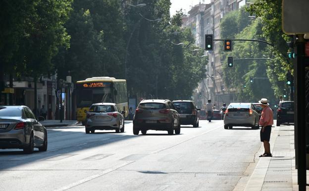 Tráfico en la Gran Vía de Murcia, este domingo por la mañana./javier carrión / agm