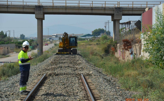 A machine dismantles the road between Nonduermas and Sangonera.