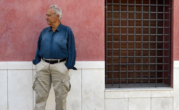 The editor Roberto Perpignani, in front of a fence on Francisco Jiménez de Villanueva street.