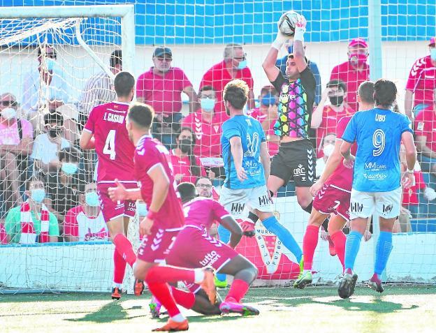 Miguel Serna, en el derbi entre el Mar Menor y el Real Murcia disputado en el Pitín el pasado 26 de septiembre.