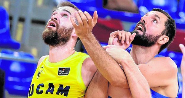 Radovic lucha con Mirotic en el partido ante el Barça.