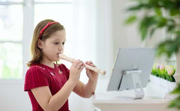 Girl playing the flute that is used in schools.