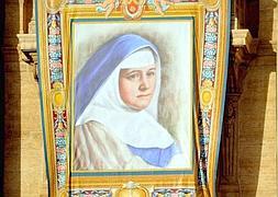 El retrato de María del Carmen Sallés y Barangueras en la fachada de la basílica. / Tiziana Fabi ( Afp)