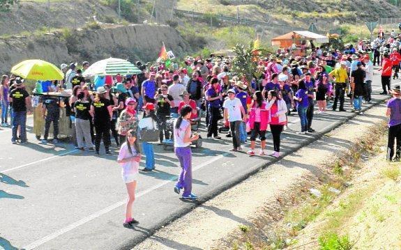 Cientos de romeros acompañaron a la Santísima Cruz a la ermita de ... 7e20129f739