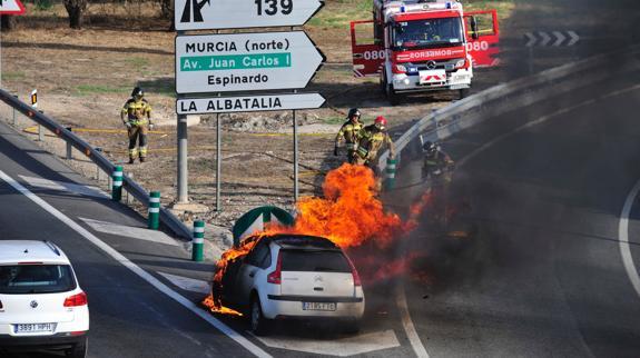 Arde Un Vehiculo Cuando Circulaba Por La Autovia A 30 En Murcia La